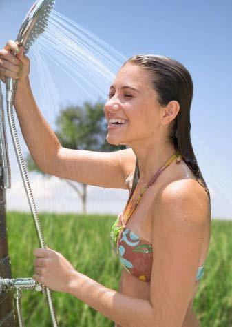 Yıkandığınız suyun tazyiğini azaltın! Evlerde bol tazyikli duşların kullanılması azımsanmayacak kadar fazla miktarda su israfına yol açıyor. Özellikle su sıkıntısı yaşanan yaz mevsiminde... Bu tüketimin önüne geçmek için banyonuzda daha az tazyikli duş başlıklarını kullanmanız yeterli. Sabunlanırken ya da şampuan sürerken su akışını geçici olarak durduran bu başlıklar sayesinde 68 kg. karbondioksitin atmosfere karışmasını önlemiş oluyorsunuz. Hiç de yabana atılmaz!  Toplam tasarruf: Kişi başına yılda yaklaşık 138 kg. karbondioksit